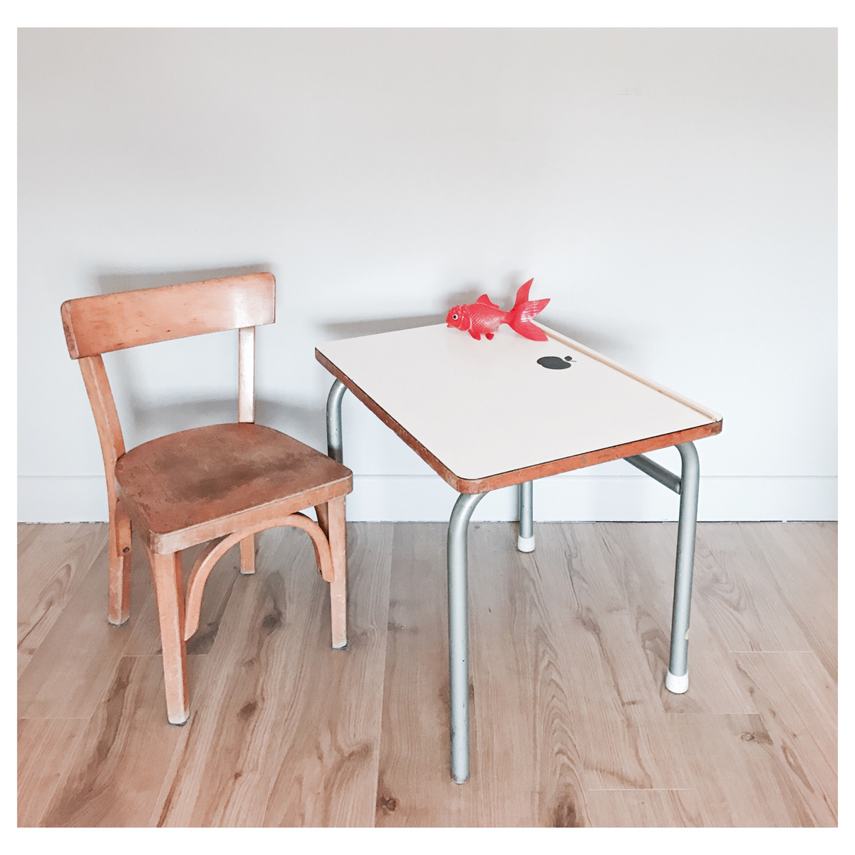 Petite table bureau en formica les happyvintage for Table bureau